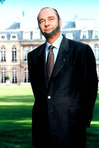 Un collier de perles pour Bernadette et un collier de barbe pour le professeur Jacques Chirac, photographié dans la cour de l'école.