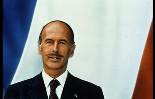 Une moustache très british pour Valéry Giscard d'Estaing. Peut-être une réminiscence d'une aventure avec une princesse d'Angleterre ?