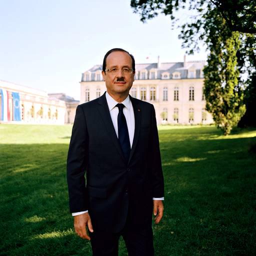 François Hollande avec une moustache de Charlie Chaplin
