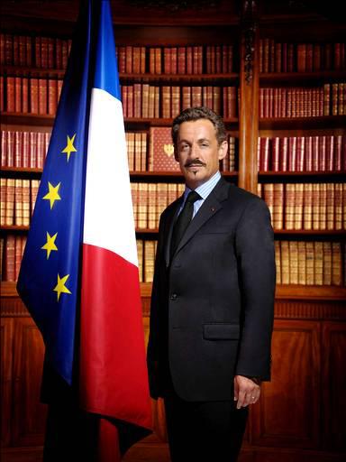 Nicolas Sarkozy avec une moustache