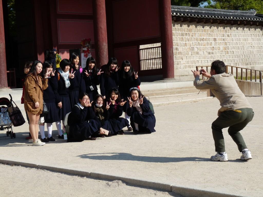 Un groupe d'écolières coréennes durant une sortie scolaire