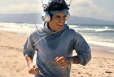 Ben Stiller fait son jogging sur la plage dans le film Starsky & Hutch