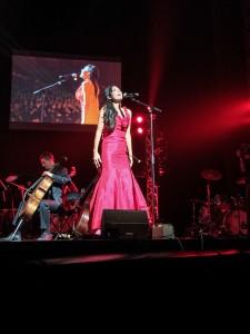 Riva Taylor dans sa robe rouge