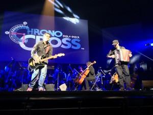 Tommy Tallarico et l'accordéoniste du groupe Random Encounter jouant le thème de Chrono Cross